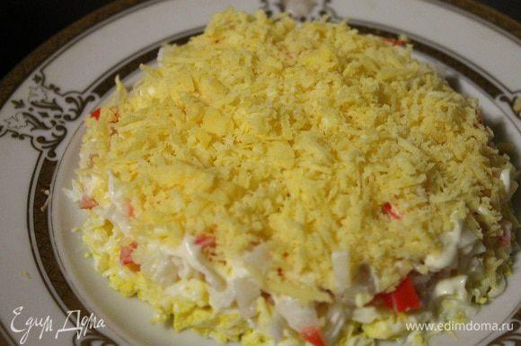 Половину сыра трем на мелкой терке.
