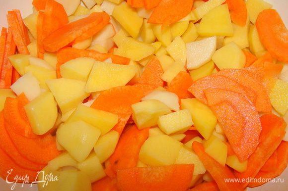 Картофель и морковь порезать. Опустить в кипящий сырный бульон, дать закипеть, проварить пять минут, добавить горошек и сельдерей. Варить до готовности. Добавить мясо и проварить еще пару минут, потом можно добавить зелень по вкусу.