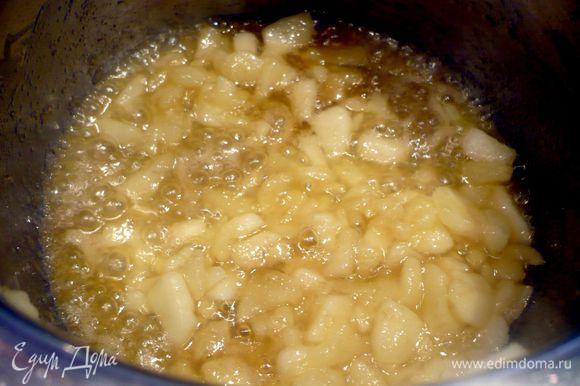 Готовим крем из красного вина и яблок. Для этого яблоко чистим, очищаем от семян и режем кубиком. Растапливаем 25 г сливочного масла в сотейнике, добавляем яблоки и томим их пару минут на сильном огне. Добавляем сахар и даем ему карамелизоваться.