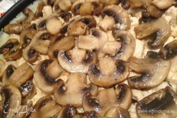 Выложить в форму пюре, курицу, грибы и сыр.