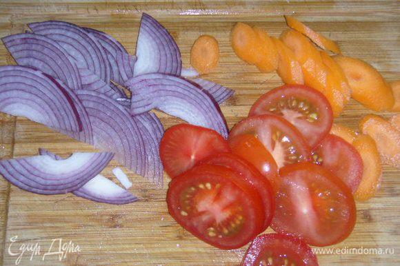 Лук порезать небольшими скибками, помидор и морковь кружечками, лосось разделать на сегменты,