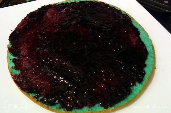 Каждый корж поливаем ликером и вареньем, чтобы пропитать и сделать тортик сочным.