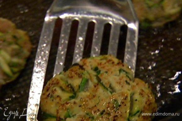 Разогреть в сковороде оливковое масло и обжарить котлеты с двух сторон до золотистой корочки, затем выложить на бумажное полотенце, чтобы удалить излишки жира.