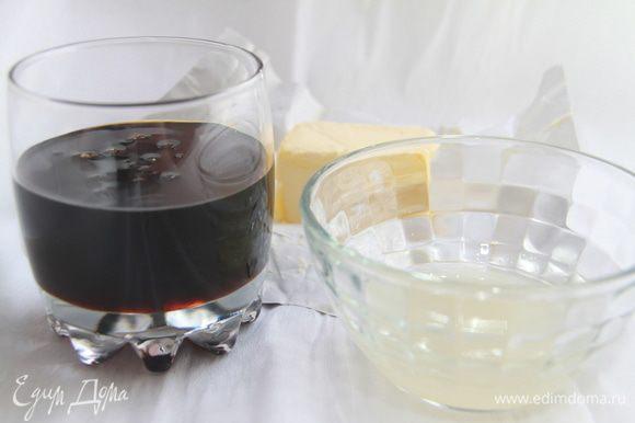 К мучной смеси добавить чёрную патоку (если нет, замените на тёмный мёд), смалец, масло.