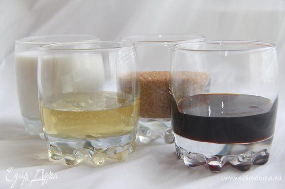 Отмерить патоку, сироп, сахар и молоко. Соединить всё вместе и прогреть на огне или в микроволновке до растворения сахара.