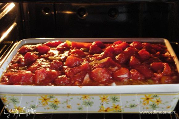 2. Сладкий перец нарезать кубиками. Лук и чеснок очистить и порубить. Маслины откинуть на дуршлаг, разрезать на половинки и вместе с чесноком, сладким перцем и луком выложить к куриным ножкам. Туда же добавить консервированные томаты вместе с соком, предварительно измельчив их. Влить красное вино. Посолить, поперчить и посыпать оставшимся сушеным базиликом. Блюдо поместить в духовку еще на 30 минут.