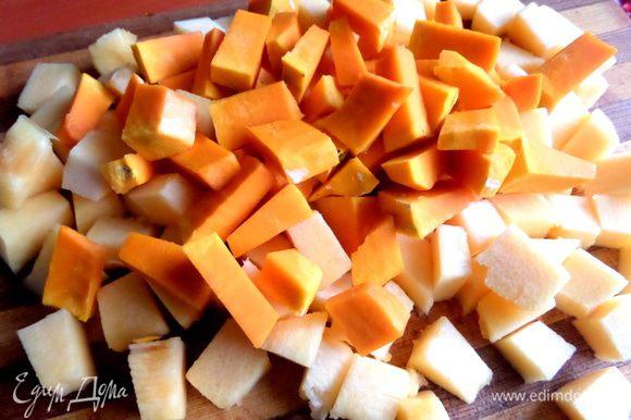 У меня два вида тыквы, светлая и оранжевая пополам. Режем на кубики.