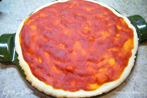 Духовку разогреть до 220 град. Посыпать рабочий стол мукой и раскатать тесто по размеру противня для пиццы. Тут я увлеклась, забыла сфотографировать! Теперь подождем несколько минут, чтобы тесто немного «сбежалось». Разогреть форму для пиццы, присыпать ее мукой. Переложить тесто на форму, распределить по всей поверхности протертые помидоры, посолить, отправить в духовку на 17 мин. Достать пиццу из духовки, выложить сверху икру и чипсы из баклажана, вернуть в духовку еще на 3 мин.