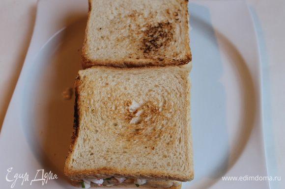 Накрываем все оставшимися 2 кусками хлеба и опять слегка придавить. Лучше прижать сверху доской разделочной и убрать в холод. Например на часок.
