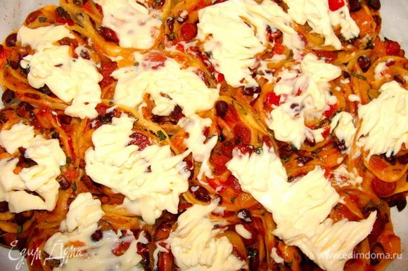 Сначала помазать пиццу сыром.