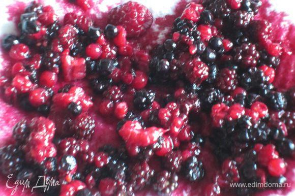 Лесные ягоды выложить на бумажное полотенце.