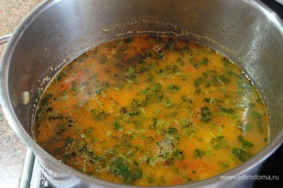 Перелить в блендер 3 стакана супа и измельчить до состояния пюре. Затем поместить пюре обратно в кастрюлю, смешать с оставшимся супом, прогреть еще раз. Добавить кинзу и лимонный сок. Перед подачей украсить суп прямо в тарелках листиками кинзы.