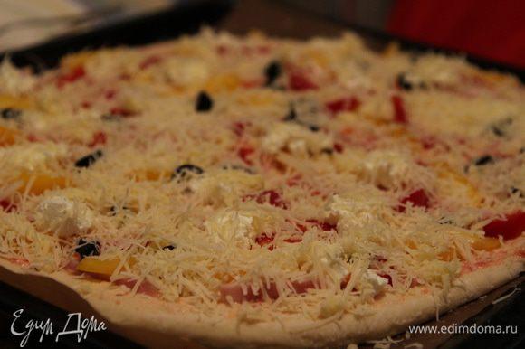 Посыпать пиццу сырной смесью и кунжутным семенем.
