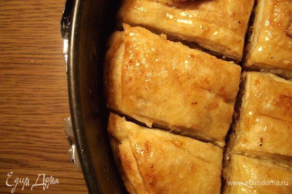 Оставляем пахлаву на ночь пропитаться. Я накрываю пищевой пленкой верх, а дно формы обматываю фольгой, чтобы сироп не пролился из формы. У меня разъемная форма. Ароматный, сладкий и манящий десерт готов!