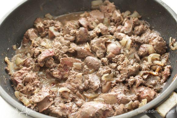 Печень нарезать на кусочки, добавить к луку и обжаривать на среднем огне примерно 3-4 минуты. Влить в сковороду коньяк, потушить содержимое сковороды еще мин 5.