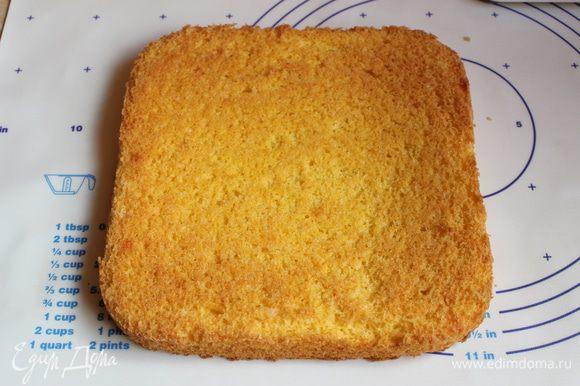 Ставим в духовку при 180гр на 15 минут. Бисквит остыл, достаем его из формы. Обрезаем по бокам, и кладем назад в форму.