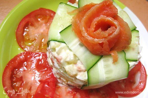 Помидоры взбрызнуть соусом из базилика, чеснока и оливкового масла. Примечание: этот салат лучше делать перед самой подачей, иначе он может потечь и на тарелке образуется непрезентабельная лужа.