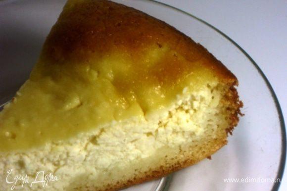 В процессе выпекания тесто поднимается по бортику формы, вытесняя к центру начинку и получается большая ватрушка. Съедается моментально. Если у Вас большая семья, советую удвоить ингредиенты.