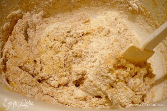 Духовку разогреем до 180 градусов. Муку смешаем с молотым миндалем, пекарским порошком и манной крупой. Масло взобьем с коричневым сахаром, введем яйца по одному. Введем мучную смесь. Перемешаем лопаточкой до однородности.
