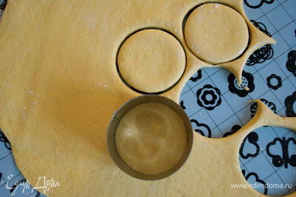 С помощью формочки (или стакана) вырезать из теста кружочки диаметром примерно 6 см.