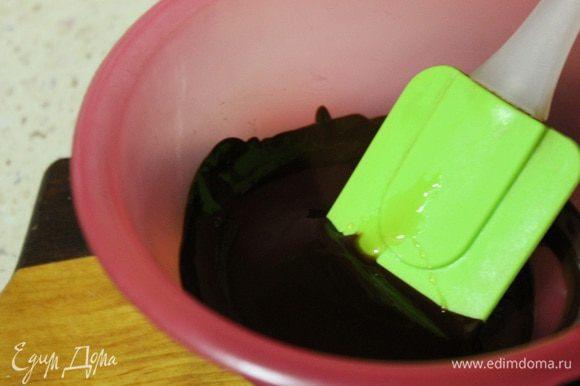 Шоколад растопить в микроволновке и смешать с молочной смесью.