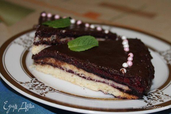 Достать из холодильника застывший торт, покрыть шоколадной глазурью, украсить по желанию и отправить опять в холодильник примерно на 1 час. Приятного аппетита!
