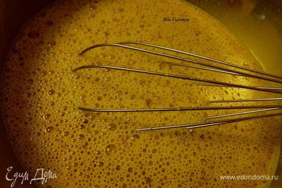 В большой миске смешать яйца, молоко, сахар, корицу и соль.
