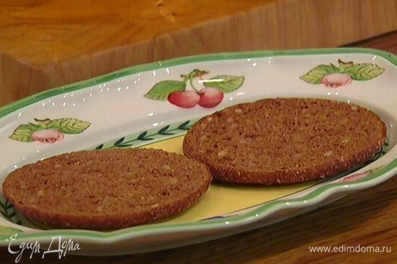 Ржаной хлеб подсушить в тостере.