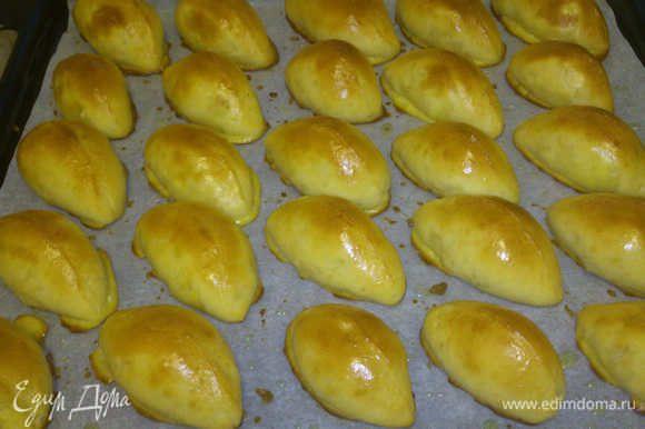 Немного остывшие пироги избавляем от некрасивых излишков запекшейся обмазки. Выкладываем на красивейшее блюдо и ждем заслуженной похвалы от домочадцев!!!!