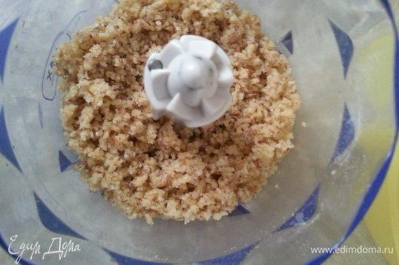 Готовим ореховый штрейзель: измельчаем грецкие орехи, добавляем муку, сливочное масло и сахар. Перемешиваем в маленькой чаше блендера, убираем в холодильник.