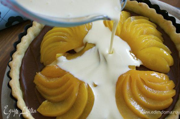 Залить кремом персики и поставить в духовку на 30 минут.