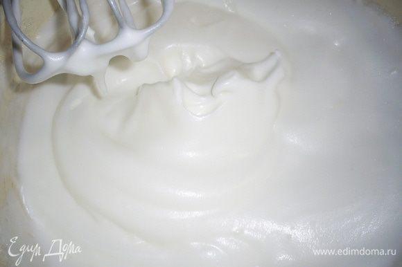 Взбиваем белки с щепоткой соли до устойчивых пиков, затем в несколько приемов добавляем сахар с ванилином, не прекращая взбивания. Взбиваем до получения гладкой блестящей массы, которая не выпадает из емкости при ее переворачивании.