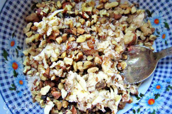 Затем соединяем орехи, сахар и корицу и натёртое охлаждённое сливочное масло (предназначенное для начинки). Хорошо разотрите.
