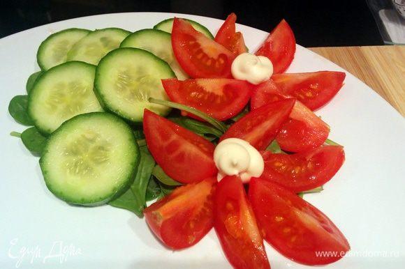 Готовим тарелочку - выкладываем листья шпината, резаные огурчики и помидорчики.