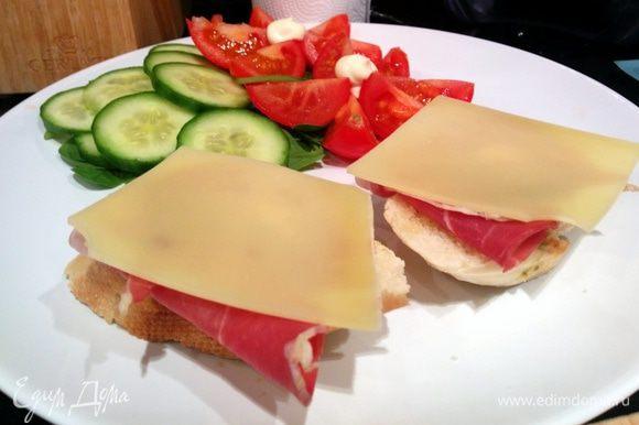 Готовим основу - на тосты выкладываем кусочек бекона и сыра.