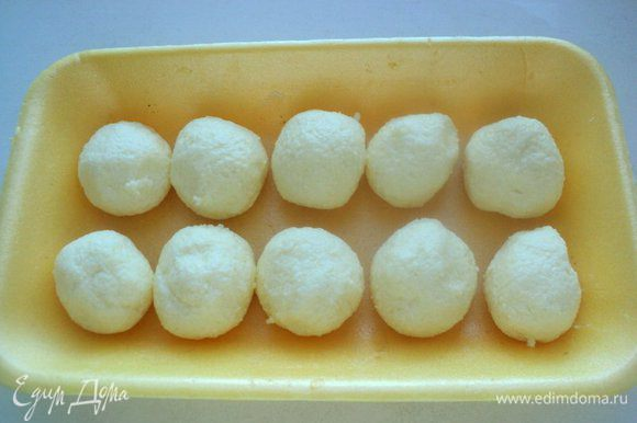 Скатать шарики величиной с грецкий орех, выложить на блюдо и поставить в морозилку на 20-30 минут.