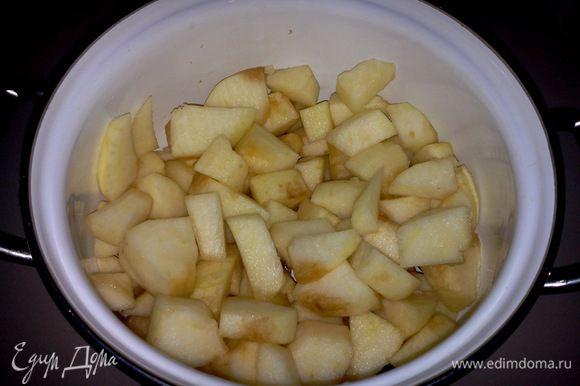 Яблоки почистить и нарезать на крупные кусочки. Половину яблок оставить, к другой половине добавить масло, корицу и сахар, тушить на медленном огне до мягкости.