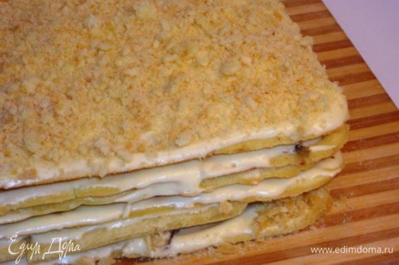 Собрать торт, смазывая каждый корж кремом и чередуя добавки. Верхний корж слегка прижать, нанести крем и обильно посыпать крошкой. Отправить торт в холодильник на ночь, а лучше на сутки.