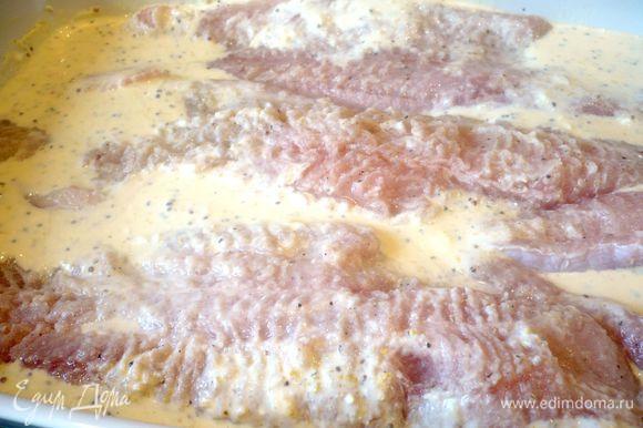 Форму для запекания смажем сливочным маслом. Филе рыбы промоем, обсушим, посолим, поперчим и сбрызнем лимонным соком. Выложим рыбу на сливочный соус.
