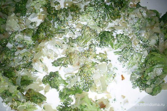 Лук обжариваем на растительном масле до прозрачности. Добавляем отваренную в подсоленной воде брокколи (у меня была отваренная и замороженная, я ее просто достала из морозилки и не размораживая добавила к луку ). Обжариваем вместе 5 минут. Добавляем сливки, солим по вкусу. Накрываем сковороду крышкой и оставляем тушиться на медленном огне.