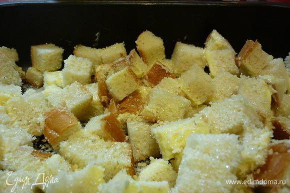Теперь посыпаем кубики простым и ванильным сахаром и кунжутом. Все ставим в духовку. Для моей хватает 15 минут при 180 градусах. Тут сухарики требуют внимания.