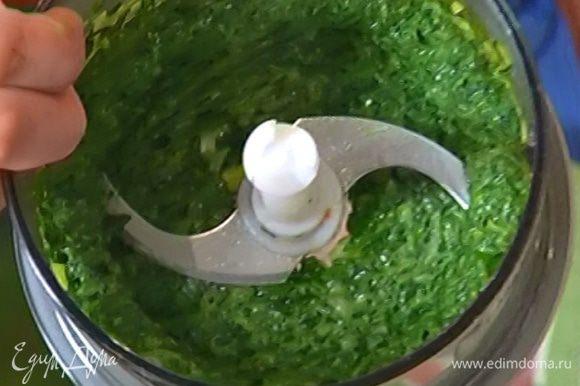 В чаше блендера соединить зеленый лук и петрушку и измельчить. Добавить припущенный шпинат и все взбить.