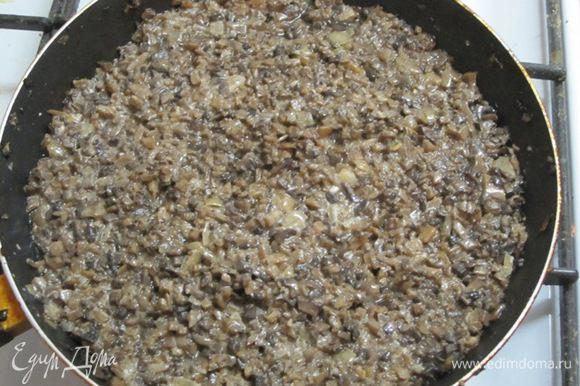 Выложить на сухую сковороду. Грибы должны отдать воду. Когда вода выпарится, влить 2 столовые ложки растительного масла, добавить мелко нарезанный лук. Перемешать и обжарить. Посолить, поперчить. Грибная начинка готова.