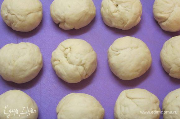Разделить тесто на 12 частей. Скатать в шарики.