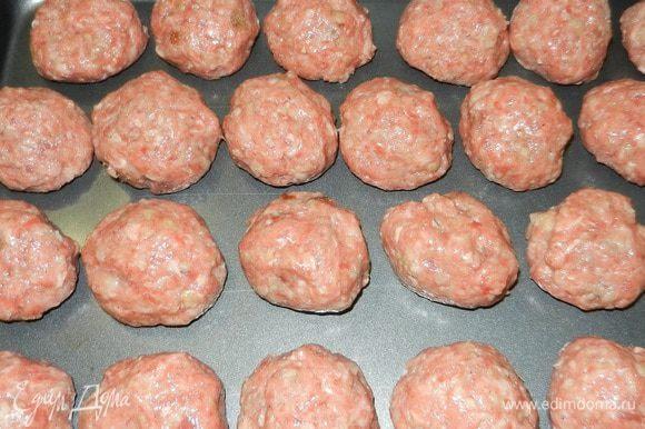 Для фрикаделек: Смешать фарш, крошки белого хлеба, соль, перец, яйца (предварительно взбитые вилкой). Сформировать шарики размером около 4 см. Выложить на несмазанный лист для выпечки. Выпекать 10-15 минут при темп. 260 С.