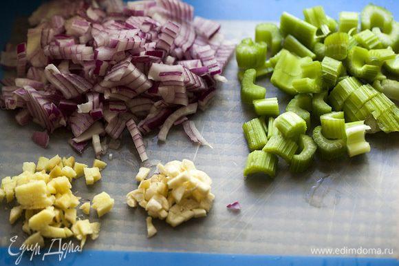 Добавляем порезанную небольшими кусочками морковь, бульон, соль, перец и доводим до кипения. Уменьшаем огонь, накрываем крышкой и варим на медленном огне в течение 30-40 минут, пока ингредиенты не станут мягкими. Добавляем сок грейпфрута и выключаем огонь.