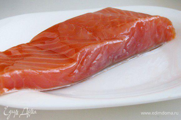 Достать кусочек лосося из упаковки. Я не нашла лосося, поэтому взяла копченую форель.