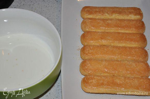 Палочки окунать одной стороной в сливки и выкладывать на блюдо. Сверху выкладывать крем и поливать соусом. И так каждый слой.