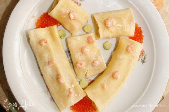 Выложить готовые макароны в виде сердца, и украсить икрой.