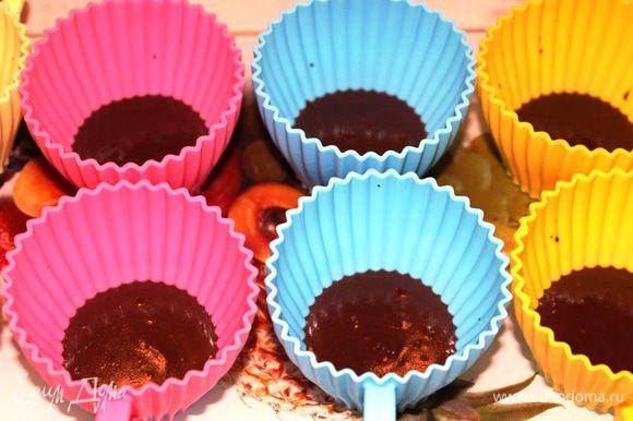 Приготовить первый слой (шоколадный): Шоколад поломать на кусочки и растопить на водяной бане с добавлением сливок. Добавить замоченный агар-агар, довести до кипения, хорошенько перемешать и разлить по формочкам. У меня на этот раз силиконовые формы в виде чашечек (можно взять стеклянные). Поставить в холодильник минут на 10-15.